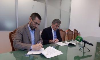 El alcalde firma con el presidente de la Mancomunidad el convenio de cesión de las instalaciones del Punto Limpio