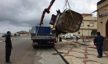 Comercio retira el deteriorado quiosco del paseo del Mediterráneo