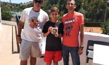 Manuel Damián del Linense Tenis Club se ha proclamado Campeón Infantil de otra prueba del circuito andaluz de tenis celebrada en el Club de Tenis Estepona