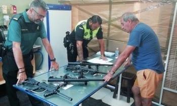 La Policía Local inspecciona las armas de los establecimientos de tiro de la feria