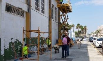 El alcalde supervisa el arreglo exterior del pabellón polideportivo