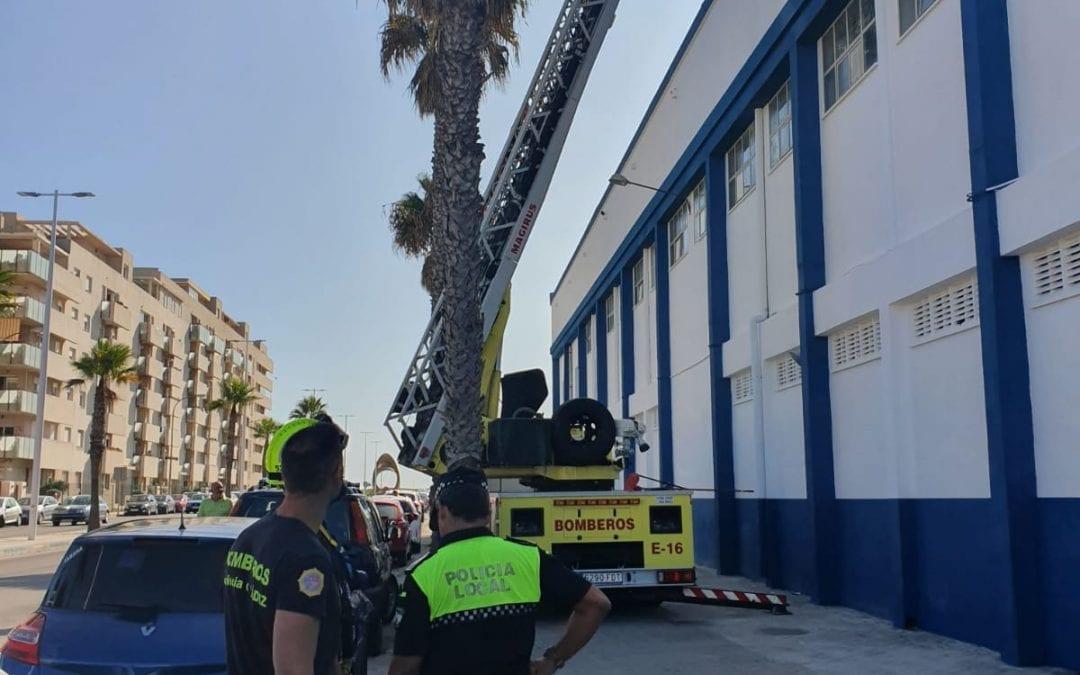 Bomberos realizan tareas de mantenimiento en la cubierta del Pabellón Polideportivo