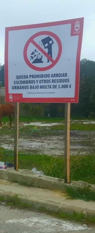 Limpieza y Medio Ambiente instalan carteles de prohibición de residuos y escombros incontrolados