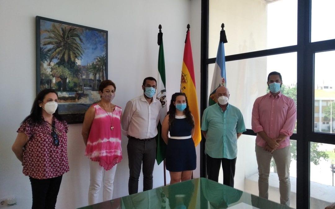 El alcalde entrega el premio del concurso de mascotas del 150 Aniversario a la alumna del IES Antonio Machado, Rosana Fernández Romero