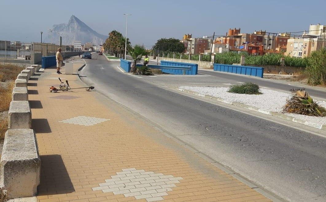 Parques y Jardines realiza trabajos de mantenimiento en la zona comprendida entre el puerto de La Atunara y la primera torre