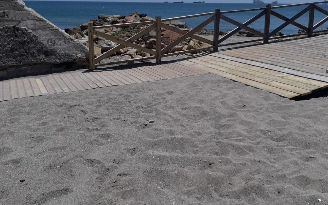 Playas inicia en Poniente la limpieza del litoral tras el temporal. Se han retirado 2.000 kilos de residuos