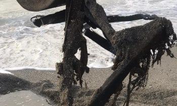 Retirada de la playa de Levante una estructura metálica semienterrada que representaba peligro para los bañistas