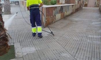 Limpieza realiza tareas de desinfección en el exterior de la estación de autobuses y el Palacio de Congresos