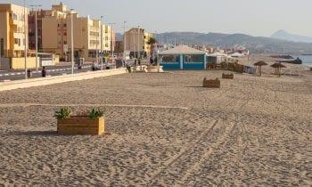 Playas ejecuta nuevos trabajos de adecentamiento y colocación de nuevos maceteros en la playa de levante
