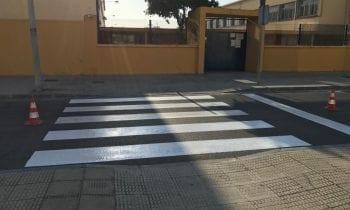 Mantenimiento Urbano acomete el pintado de pasos de cebra junto a los colegios