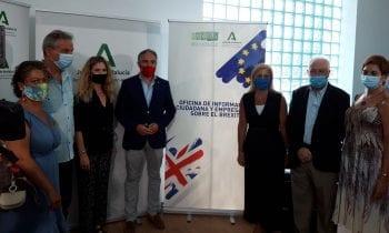 Helenio Lucas Fernández acompaña al consejero de la Presidencia en su visita a la oficina del Brexit en la ciudad