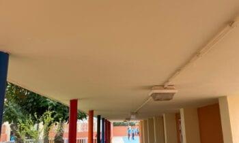 Mantenimiento Urbano realiza trabajos de pintura en el colegio Las Mercedes