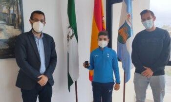 El alcalde recibe al joven deportista linense, Leo Cano Gómez, número 1 en el ranking nacional de pádel en la categoría benjamín