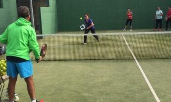 Deportes califica como un éxito el desarrollo del programa de clases de tenis y pádel para adultos