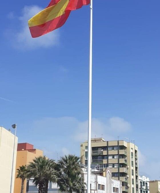 Mantenimiento Urbano repone el mástil y la bandera de España en la glorieta Carlos III