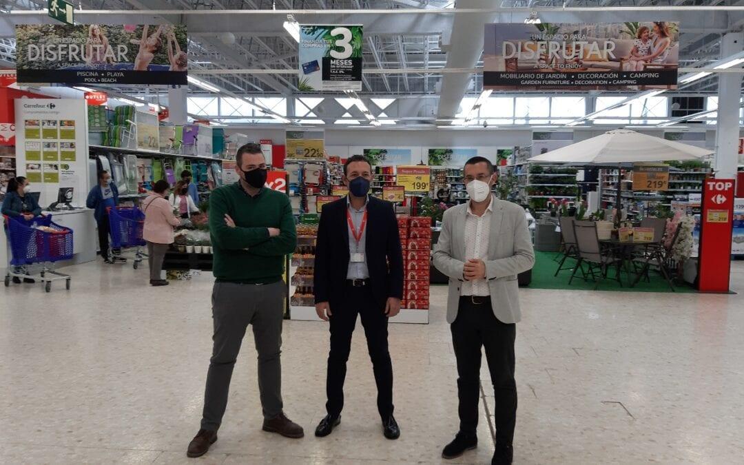 El alcalde conoce las novedades de Carrefour, que ha incorporado un outlet y ha renovado la cubierta del inmueble