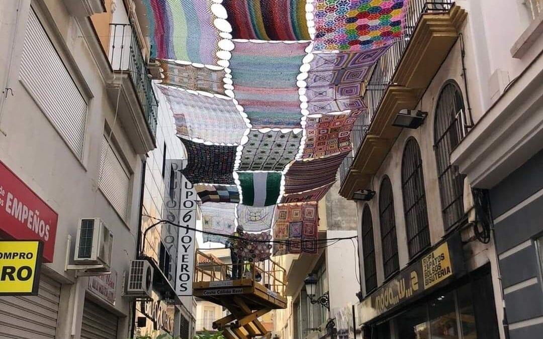 El alcalde inaugura la dotación de toldos de croché en la calle de las Flores